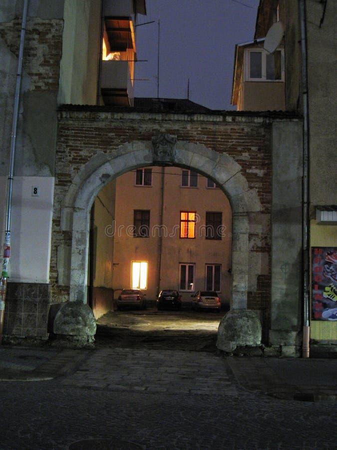 Nachtmomentopname van oude overwelfde galerij, ingang aan de binnenplaats van het Poolse huis in Zolochiv stock foto's