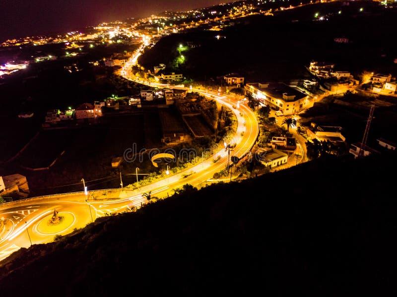 Nachtorange Lichter einer Straße in einer Kleinstadt von Teneriffa lizenzfreies stockbild