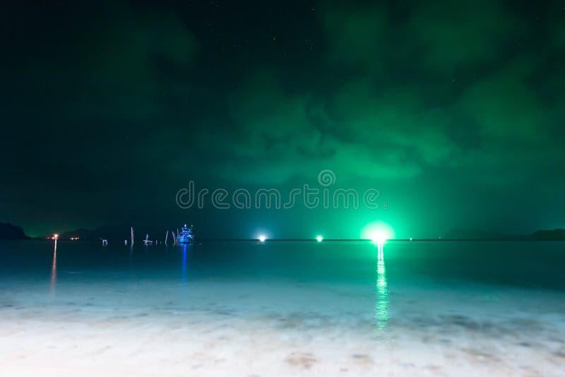Nachtoverzees met vele boten die pijlinktvis vissen stock fotografie