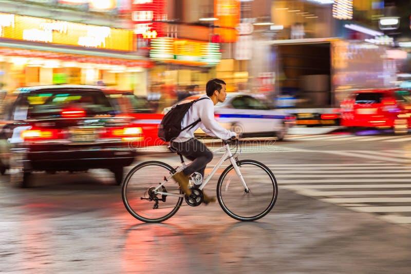 Nachtpanning fotografie van niet geïdentificeerde personenvervoerfiets bij Shibuya-Vierkant Één van wor stock afbeelding