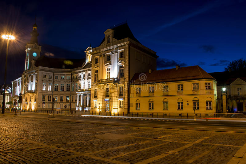 Nachtpanorama, das alte Stadt in Warschau Polen errichtet lizenzfreie stockbilder