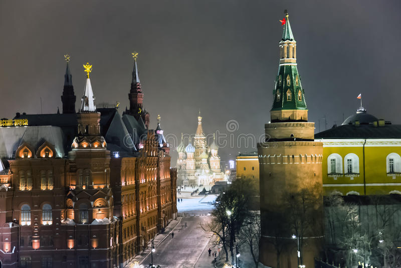 Nachtpanorama des Zustands-historischen Museums und der Kathedrale von Vasiliy himmlisch stockbilder