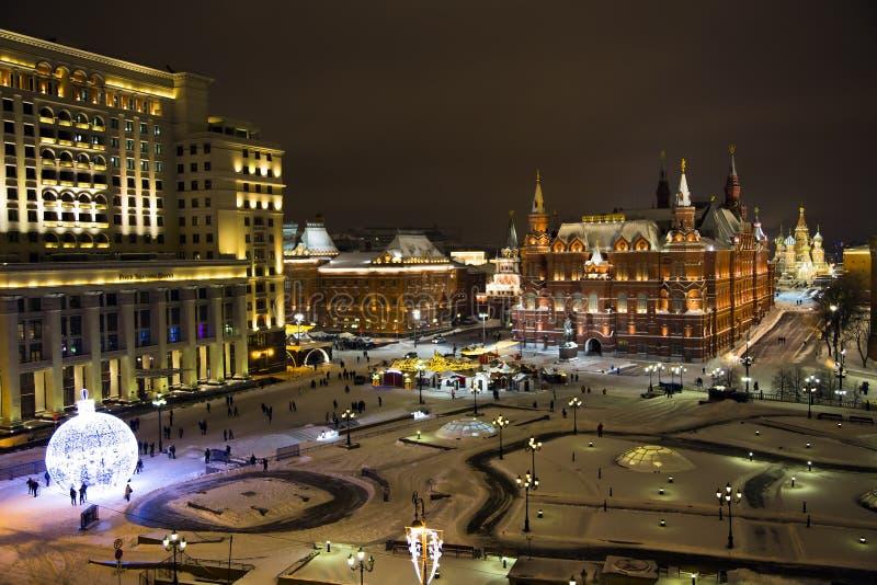 Nachtpanorama des Zustands-historischen Museums und der Kathedrale von Vasiliy himmlisch lizenzfreie stockfotos