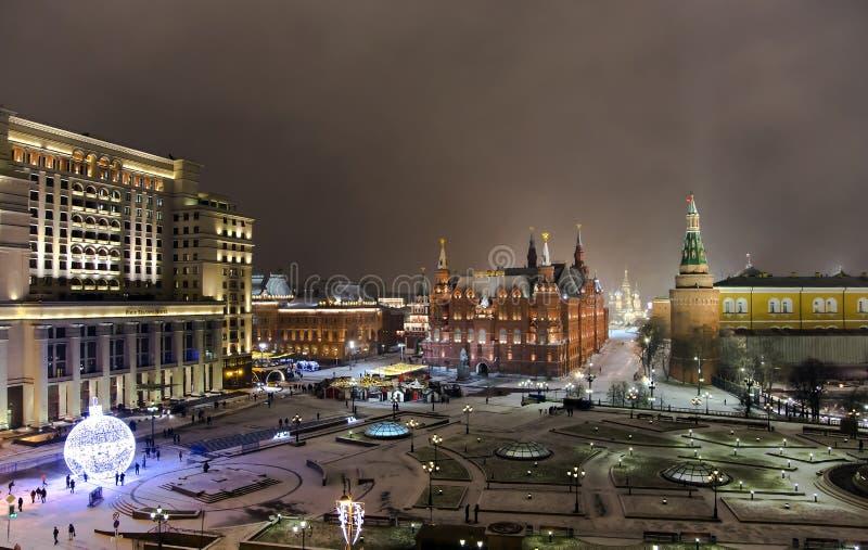 Nachtpanorama des Zustands-historischen Museums und der Kathedrale von Vasiliy himmlisch stockfoto