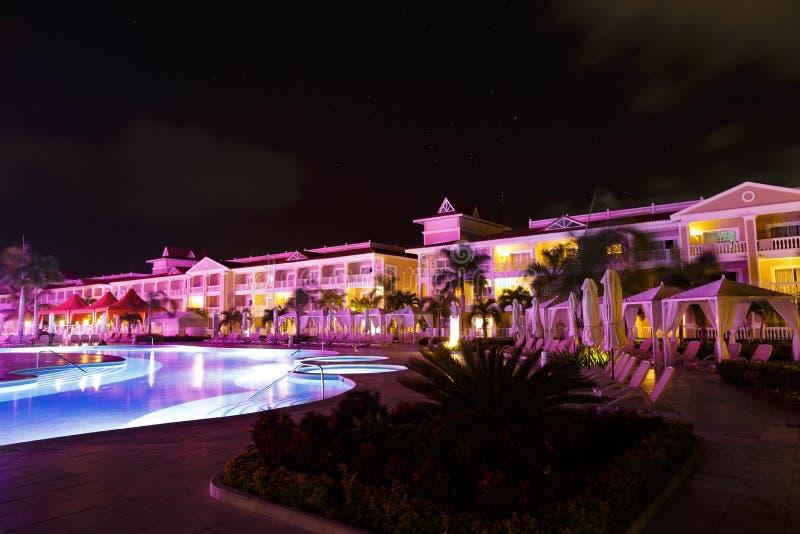 Nachtpanorama eines tropischen dominikanischen Hotels stockfoto