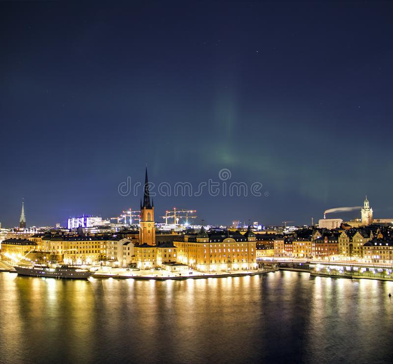 Nachtpanorama met noordelijke lichten van Gamla Stan Old Town, Stockholm, Zweden stock foto