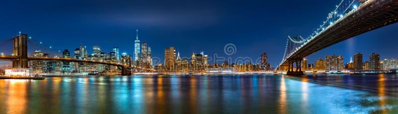 Nachtpanorama mit den zwei Brücken stockbild