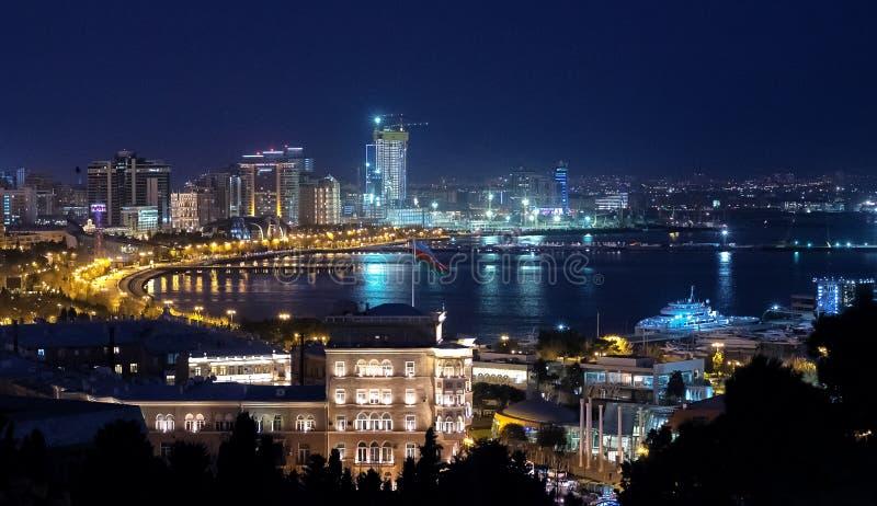 Nachtpanorama van Baku boulevard in Azerbeidzjan stock foto