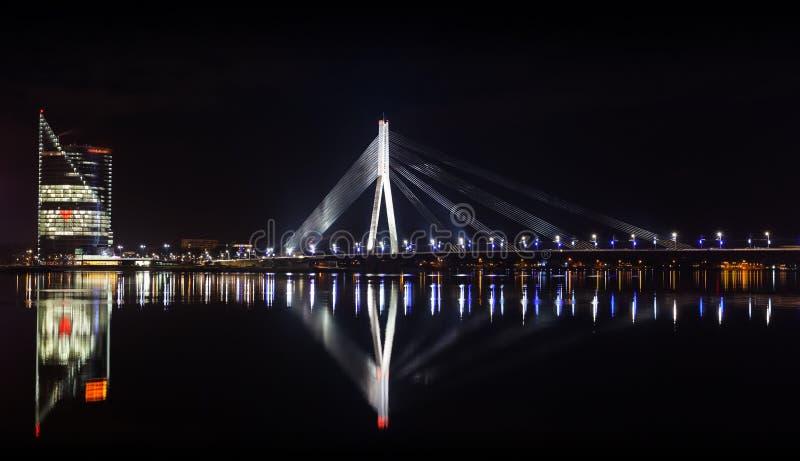 Nachtpanorama van Daugava-Rivier, Riga stock afbeelding