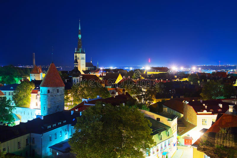 Nachtpanorama van de Oude Stad in Tallinn, Estland royalty-vrije stock foto