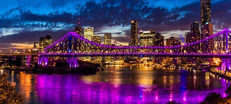 Nachtpanorama van de stad van Brisbane met Verhaalbrug royalty-vrije stock afbeelding