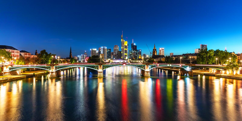 Nachtpanorama van Frankfurt-am-Main, Duitsland stock foto's