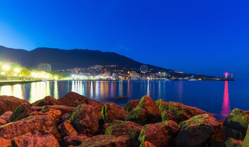 Nachtpanorama van Yalta, de Krim, de Oekraïne stock foto