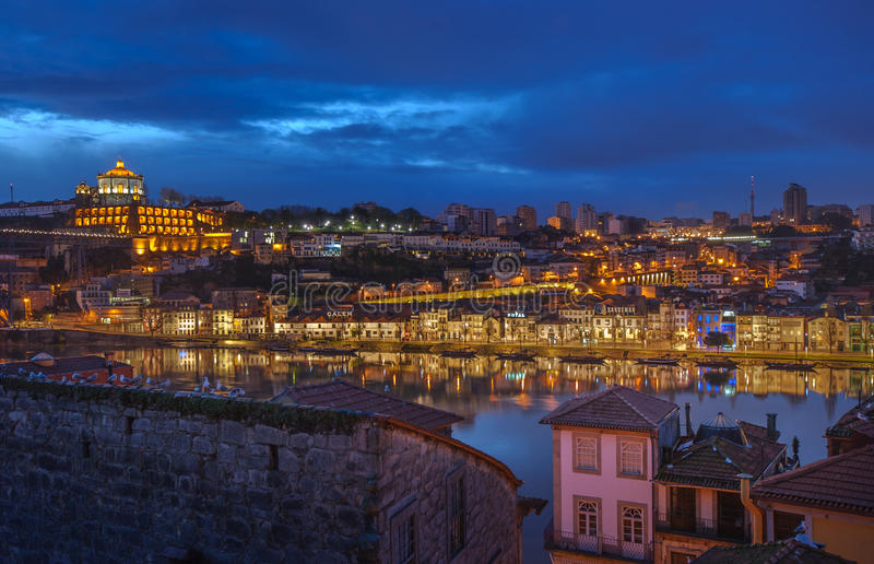 Nachtpanorama von Porto und von Vila Nova de Gaia, Portugal stockfotos