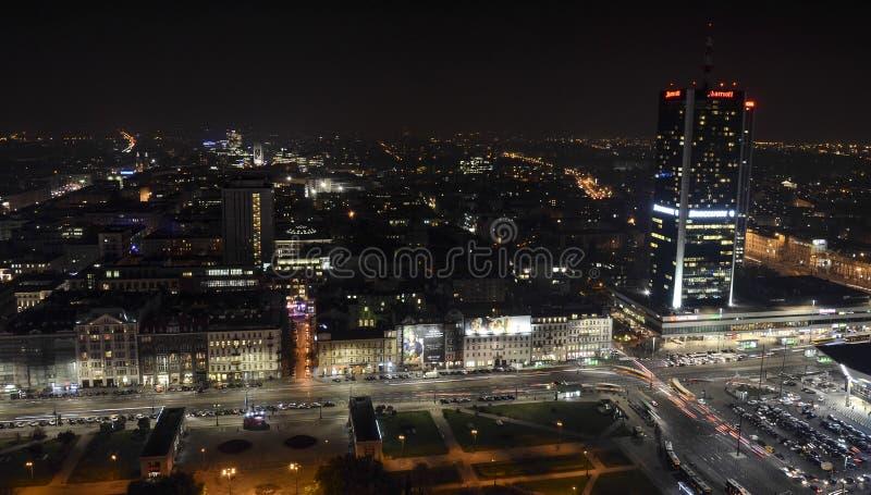 Nachtpanorama von Warschau lizenzfreies stockbild