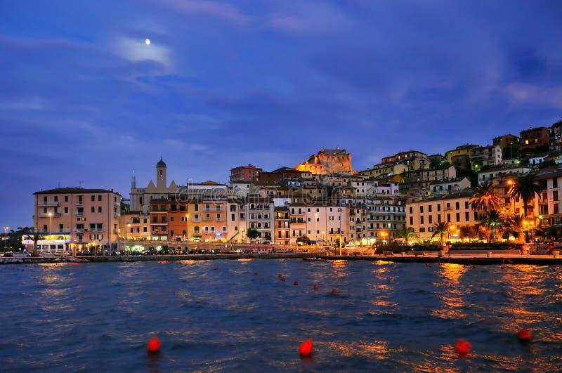 Nachtpanorame von Porto Santo Stefano stockfotos