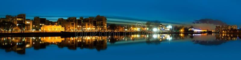 Nachtpanoramisches Foto des Flusses und der Stadt - der Neva-Fluss und das St Petersburg, Russische Föderation lizenzfreie stockfotografie