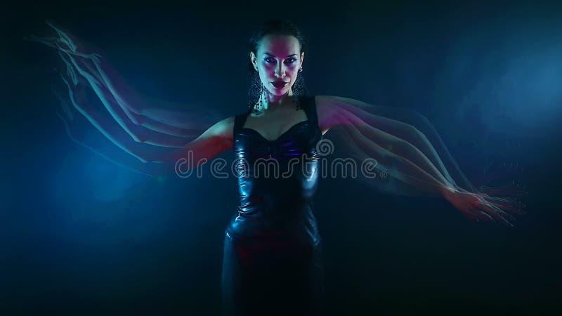 Nachtpartij, Nachtleven Mooie Sexy Vrouw het Dansen Psychologische mystieke oosterse Shakti dans