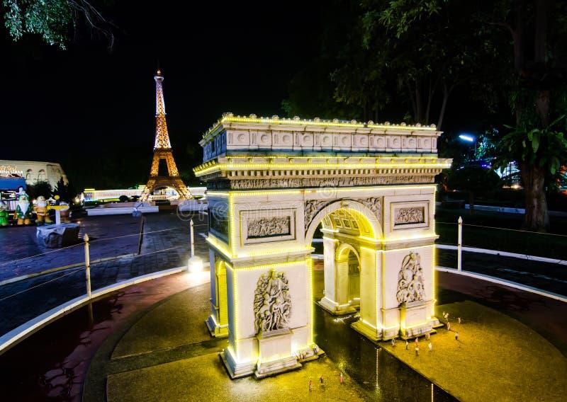 Nachtphotographie des Arcs de Triomphe Paris am Miniaturpark ist- ein offener Raum, der Miniaturgebäude und Modelle anzeigt stockfotos