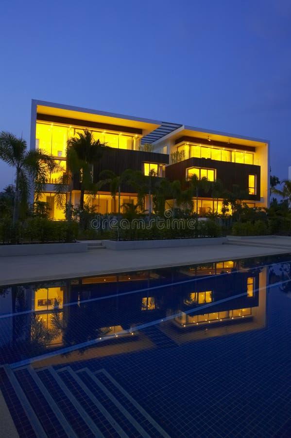 Nachtpoollandhaus lizenzfreie stockbilder