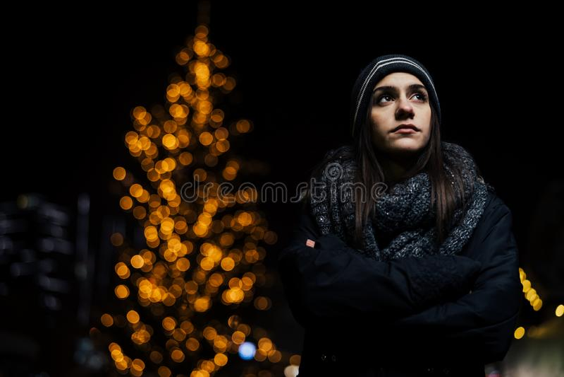 Nachtportret van een droevige vrouw die alleen en gedeprimeerd in de winter voelen De winterdepressie en eenzaamheidsconcept royalty-vrije stock foto
