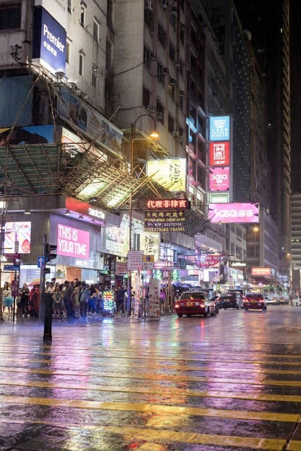 Nachtregen in Tsim Sha die Tsui in Kowloon, Hong Kong kruisen stock afbeeldingen