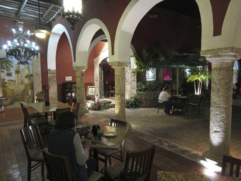 Nachts in Merida Yucatan spät speisen lizenzfreie stockfotos