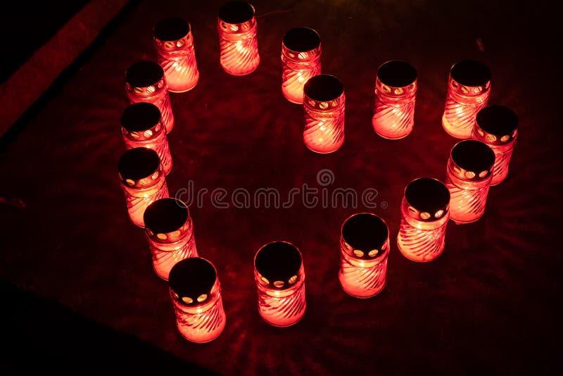 Nachts rotes Kerzenlicht lizenzfreies stockfoto