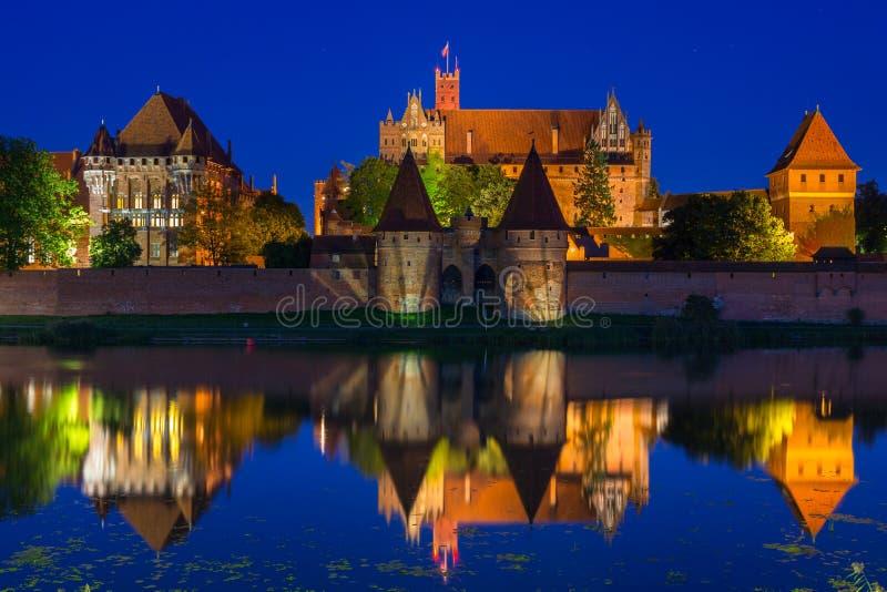 Nachts Schloss Malbork über dem Fluss Nogat, Polen lizenzfreie stockbilder