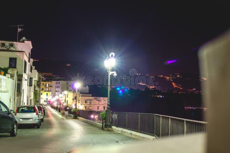 Nachtscène de straat van Sorrento, de pijler met veel jachten, een hoek van cityscape op een de zomernacht, Amalfi kust, Italië stock foto's