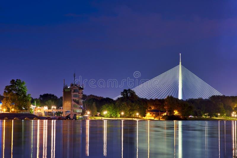 Nachtscène met Ada Ciganlija-brug stock afbeelding