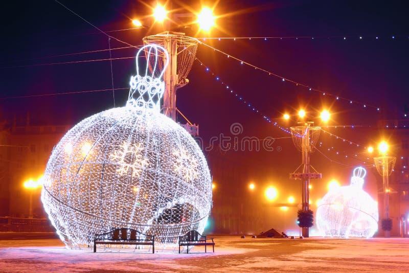 Nachtscène met verlichte Kerstmisballen stock afbeeldingen
