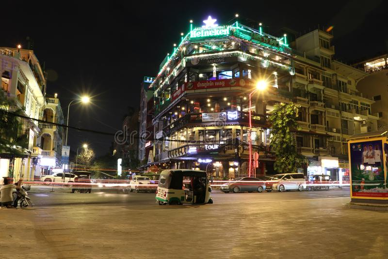 Nachtscène van de bouw met verlichting van bedwelmende drankwinkel naast de weg met abstract bewegings binnen licht van de auto royalty-vrije stock fotografie