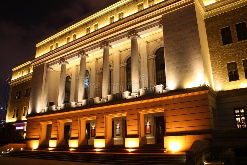 Nachtscène van de concertzaal van Shanghai stock foto's