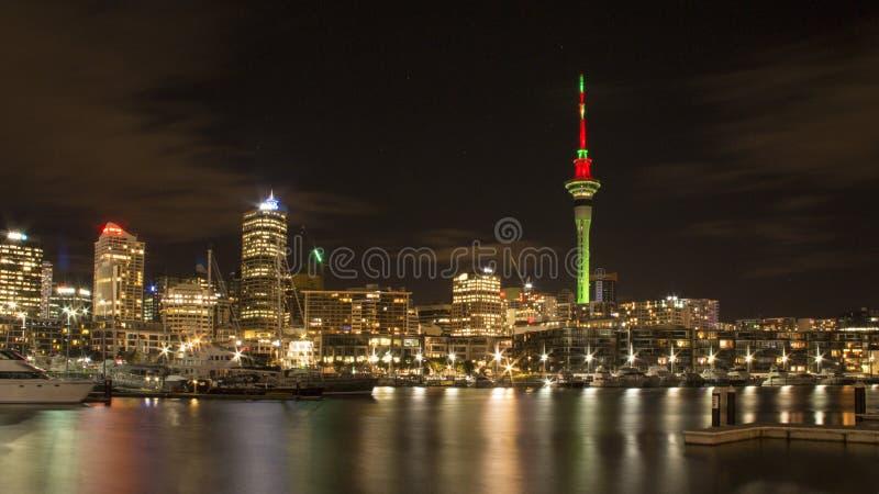 Nachtscène van de stad van Auckland en haven, Nieuw Zeeland royalty-vrije stock afbeelding