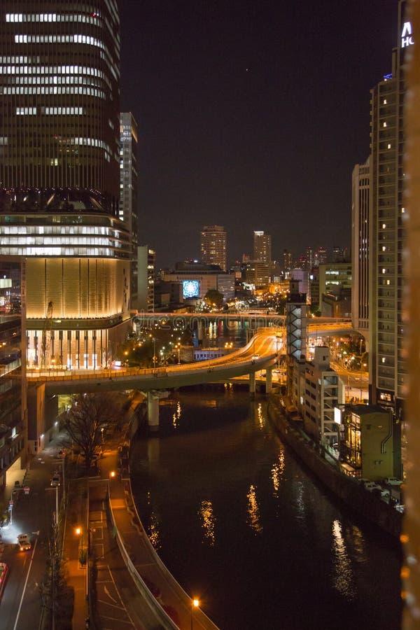 Nachtscène van de stad van Osaka, Japan stock foto