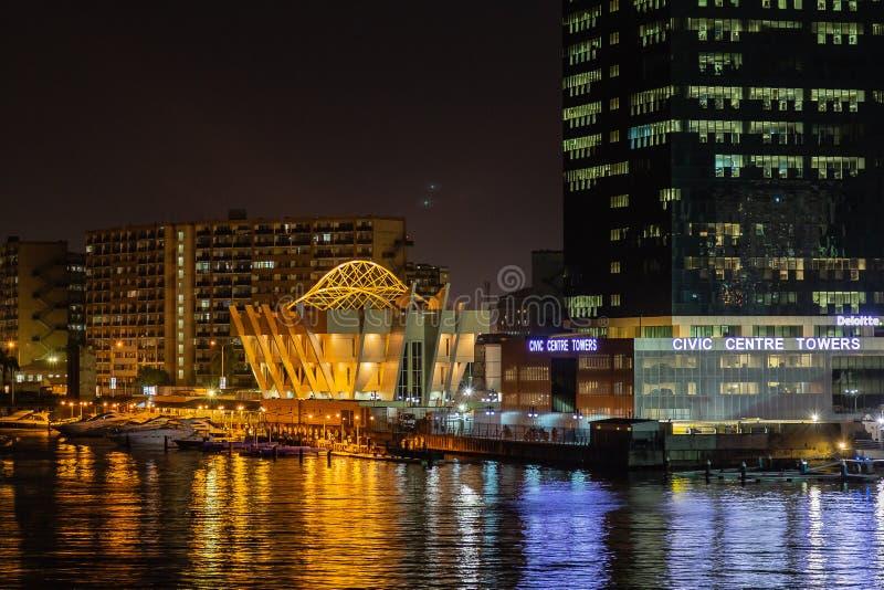Nachtscène van dichte omhooggaande mening van de Civic Center-Torens Victoria Island, Lagos Nigeria stock fotografie