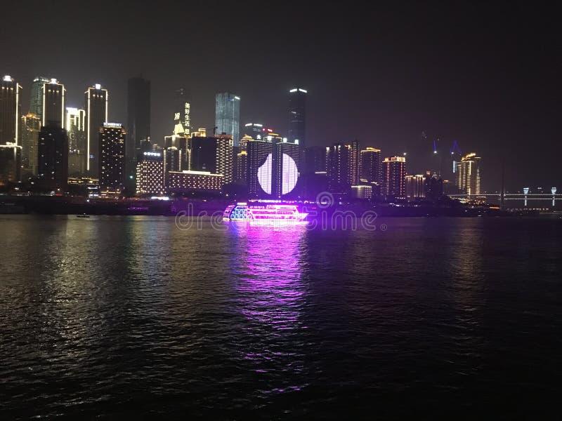 Nachtscène van een moderne stad stock fotografie