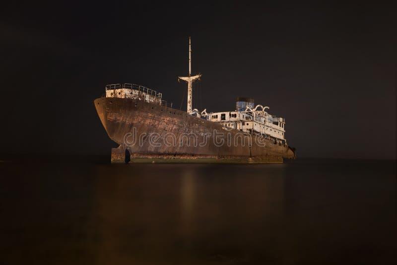Nachtscène van een schipbreuk in Lanzarote, Canarische Eilanden, Spanje royalty-vrije stock afbeelding