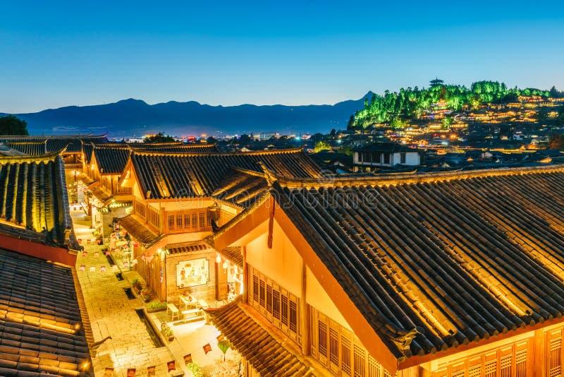 Nachtscène van Lion Mountain in de Oude Stad van Dayan, Lijiang, Yunnan-Provincie, China royalty-vrije stock afbeelding