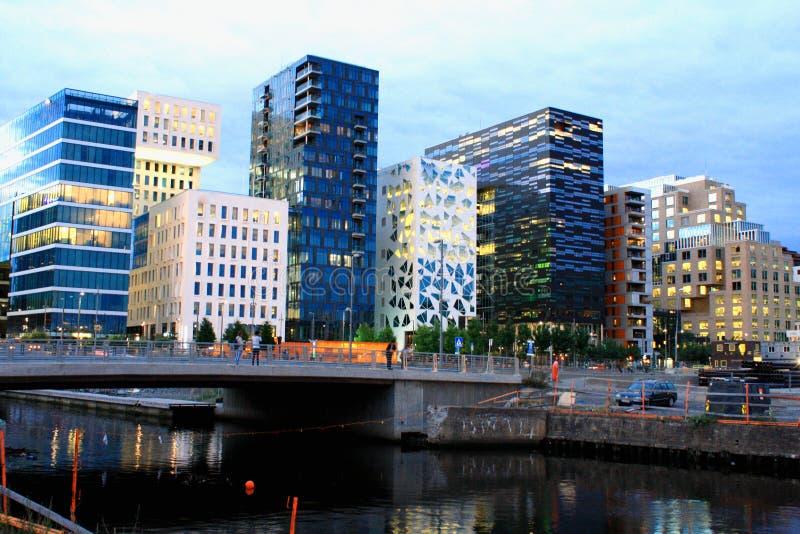 Nachtscène van moderne gebouwen in Oslo, Noorwegen royalty-vrije stock fotografie