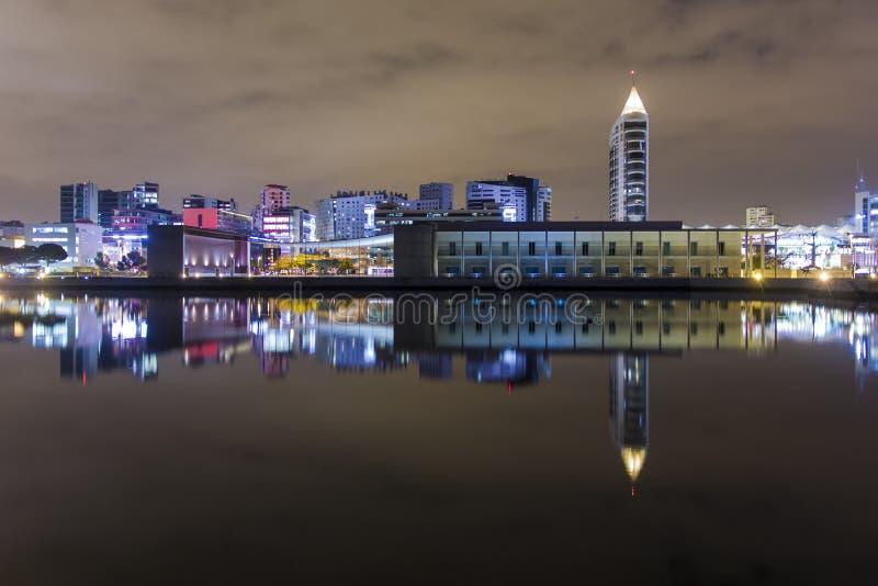 Nachtscène van Parque Expo in Lissabon stock fotografie