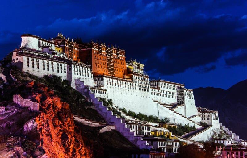 Nachtscène van Potala-Paleis in Lhasa, het Autonome Gebied van Tibet De vroegere Dalai Lama-woonplaats, nu is een museum en een E stock fotografie