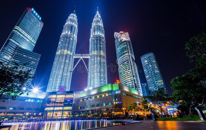 Nachtscènes van Tweelingtorens of Petronas-Torens in Kuala Lumpur, Maleisië royalty-vrije stock fotografie