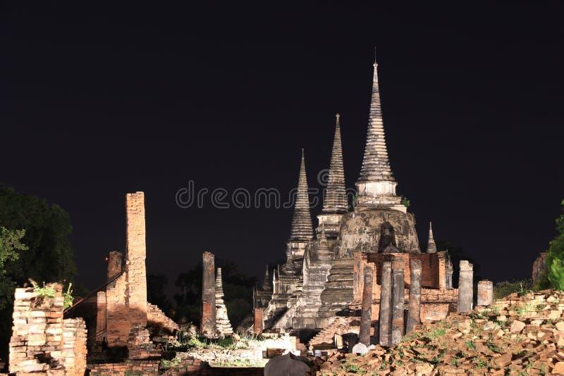 Nachtschot van belangrijkste pagode drie in de ruïnes van oude overblijfselen in Wat Phra Si Sanphet stock foto