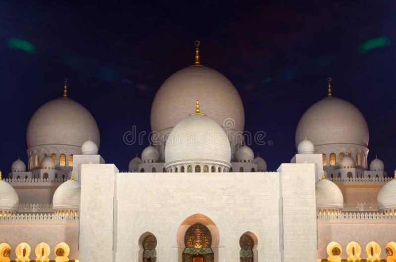 Nachtschot van Verlicht Zayed Mosque in Abu Dhabi met Witte Marmeren Koepels royalty-vrije stock foto's