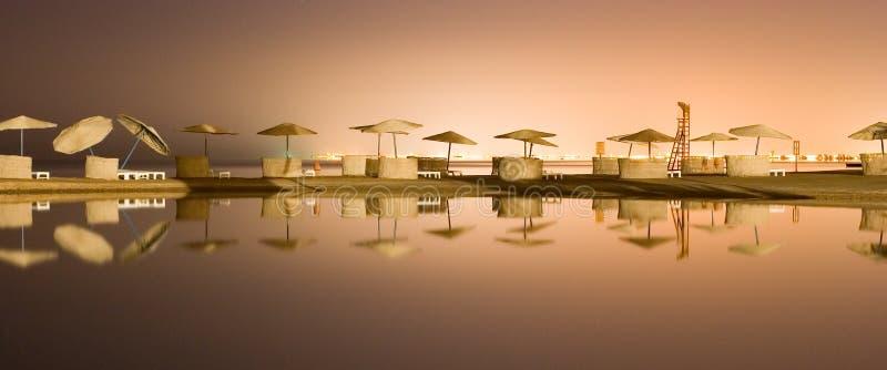 Nachtseeansicht über Lagune lizenzfreie stockfotos