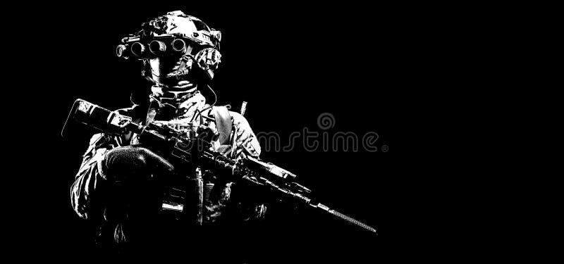 Nachtsichtgerätschwarzhintergrund des modernen Kämpfers tragender lizenzfreie stockfotos