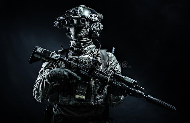 Nachtsichtgerätschwarzhintergrund des modernen Kämpfers tragender stockfotos