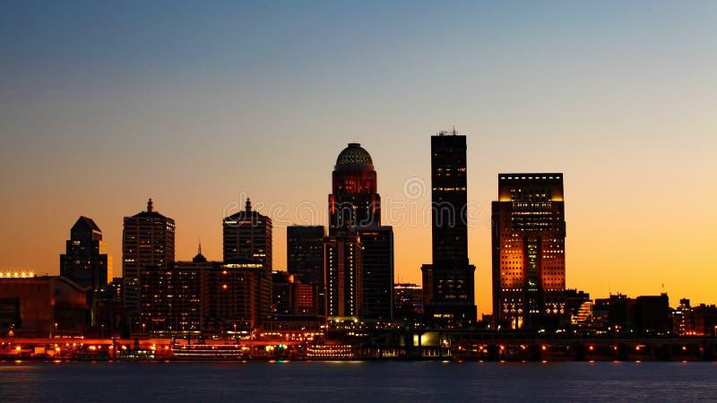 Nachtskyline Louisvilles, Kentucky über dem Ohio stockfotos